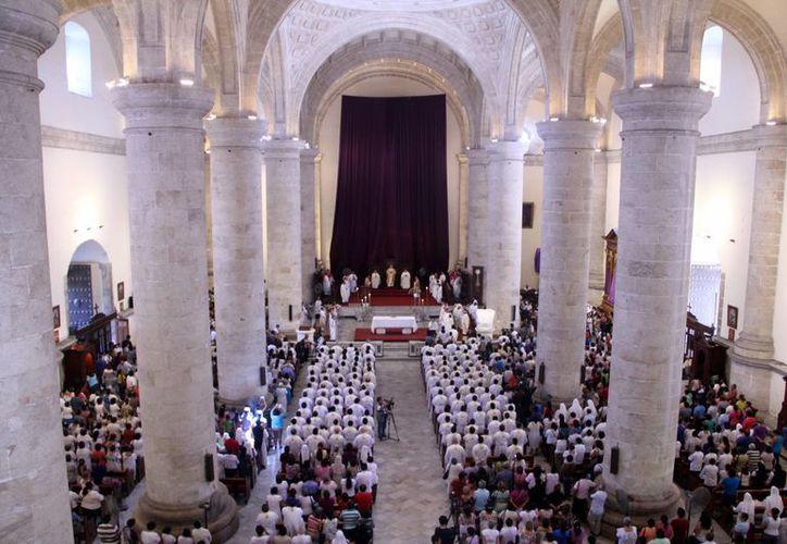 Cientos de fieles se dieron cita en la Catedral para participar en la misa. (José Acosta/SIPSE)