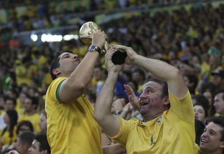 Aficionados brasileños celebran el triunfo de su selección. (Agencias)