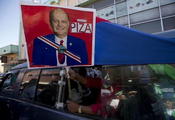 Simpatizantes del candidato Rodolfo Piza, del Partido de Unidad Cristiana, realizan un mitin en las calles de San José. (Agencias)