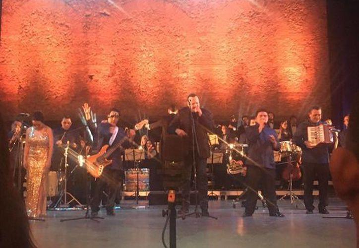 En la foto, el momento en que Pepe Aguilar comparte escenario con Los Ángeles Azules. (Gretel Mac/SIPSE Noticias)
