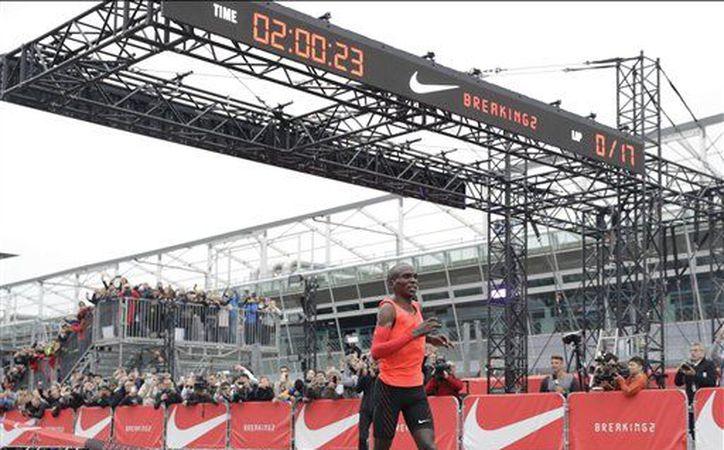El atleta pretendía la primera persona en correr una maratón en menos de dos horas. (Foto de AP)