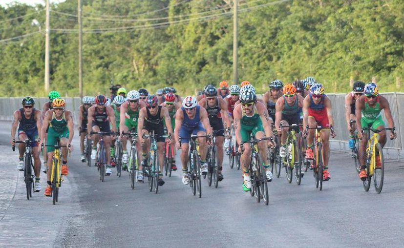 Los atletas recorrerán 355 kilómetros a nado, en bicicleta y carrera pedestre. (Gustavo Villegas/SIPSE)