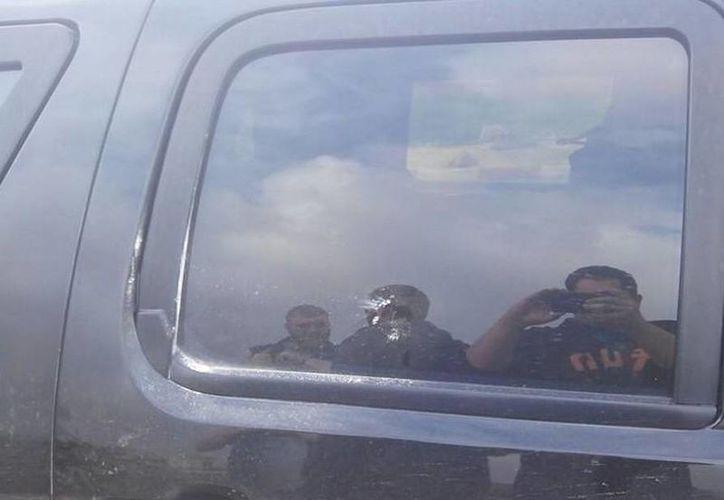 Los vehículos donde viajaban los funcionarios de EU también fue atacado con piedras. (Twitter/@Aer_O_Head)