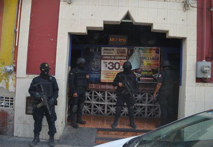 Fuerzas estatales y federales catearon varios bares de la ciudad. (Carlos Navarrete/SIPSE)