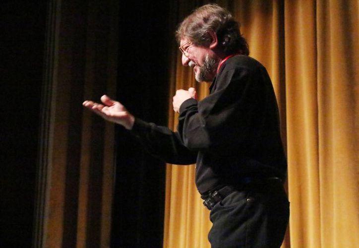 El músico Jorge Buenfil Ávila fue distinguido por 42 años de trayectoria musical. (Milenio Novedades)