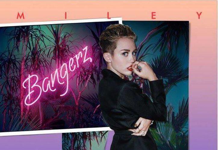 Miley Cyrus aparece en la portada del CD, con su look actual y vestida con una gabardina negra, al estilo de los 80. (Facebook oficial)