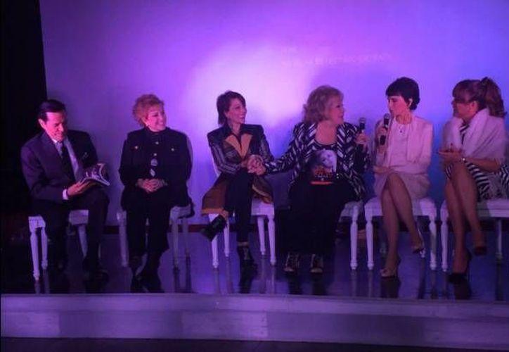 Juan José Origel, Maxine Woodside, Alejandra Guzmán, Silvia Pinal, Patricia Chapoy, y Mara Patricia Castañeda durante la presentación del libro 'Esta soy yo'. Autobiografía donde la primera actriz habla sobre su vida artística y amorosa. (Twitter: @Ventaneando13)