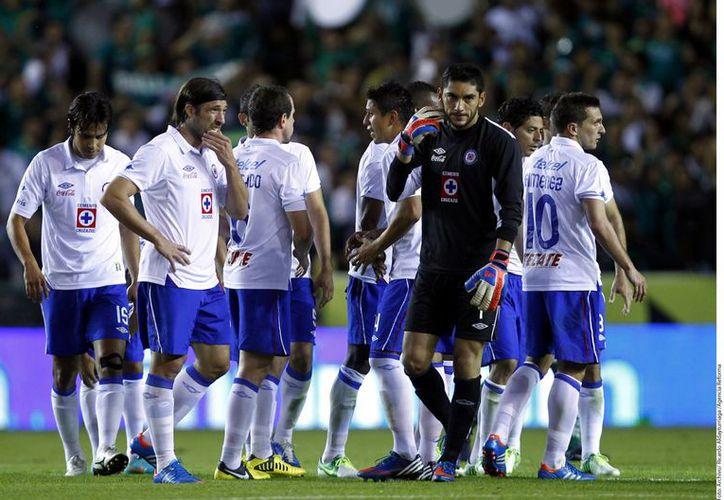 Jugadores del Cruz Azul lamentaron la penosa actuación ante el León en la pasada liguilla del Apertura 2012. (Foto: Agencia Reforma)
