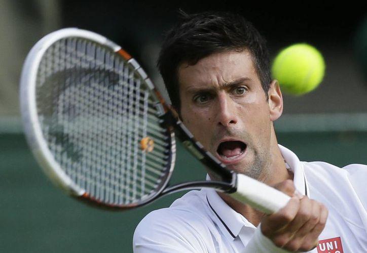 Djokovic venció al alemán Tommy Haas por parciales 6-1, 6-4 y 7-6 (7/4), en octavos de final del torneo de Wimbledon. (Agencias)