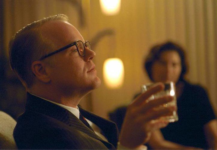 La encarnación de Capote hecha por Hoffman es una clase magistral de cómo interpretar a un ícono sin caer en la caricatura. (Agencias)
