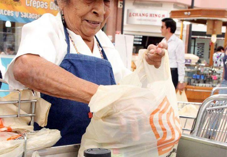 Los adultos mayores son menospreciados por las grandes cadenas comerciales al no considerarlos como mano de obra calificada. (Juan Palma/SIPSE)