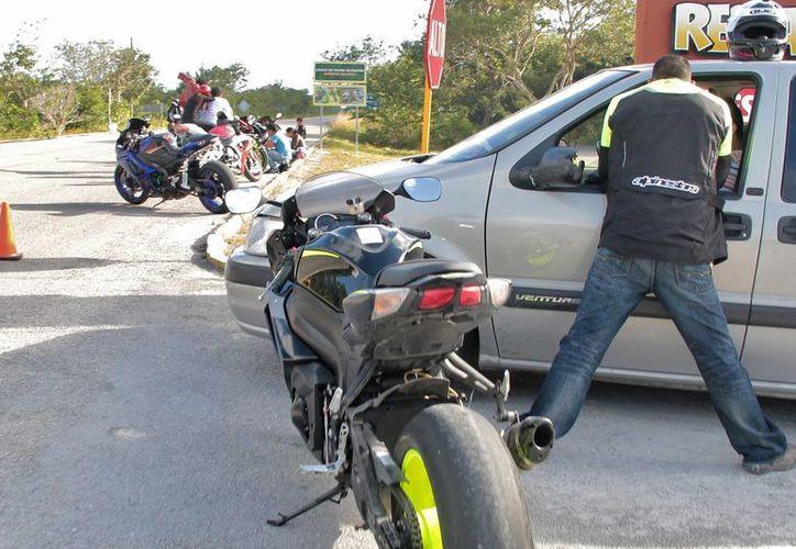 La autoridad local es la única facultada para cerrar con conos y cintas la carretera que es utilizada por transportistas, población local y visitantes. (Gustavo Villegas/SIPSE)
