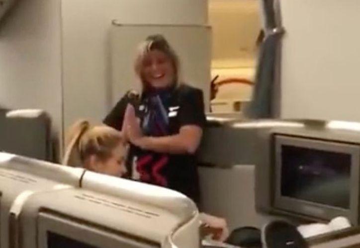 Shakira, muy agradecida con el detalle que ha tenido esta fan, aplaude su actuación y abraza a la azafata que le ha alegrado el vuelo. (Foto: Captura del video)