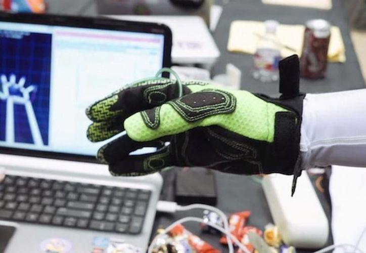 Los guantes virtuales se manejan por sensores de movimiento y variaciones. (Redacción/SIPSE)