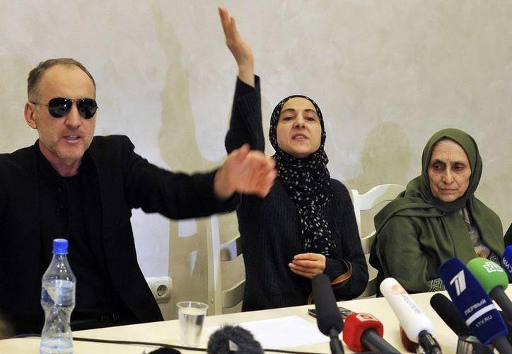 El padre de los hermanos Tsarnáev, Anzor Tsarnaev, junto a la madre, Zubeidat Tsarnaeva y su tía Patimat Suleymanova, durante la rueda de prensa. (EFE)