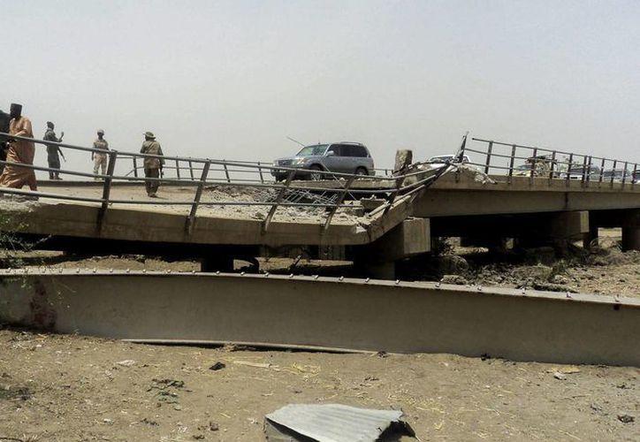 Soldados de Nigeria y Camerún rescataron y liberaron en este último país a cientos de personas secuestradas por el grupo extremista Boko Haram. En esta foto, soldados nigerianos controlan el paso de vehículos por el puente de Ngala, que conecta ambos países. (EFE/Archivo)