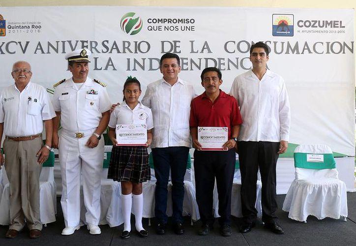 La estudiante Mía Gómez Alarcón recibió un reconocimiento por su participación. (Irving Canul/SIPSE)