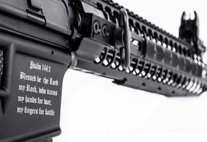 El rifle 'cristiano' lanzado por la compañía 'Spike's Tactical' de Florida, tiene una inscripción del Salmos que dice 'Bendito sea el Señor, mi roca, que adiestra mis manos para la guerra, y mis dedos para la batalla'. (lacapital.com.ar)