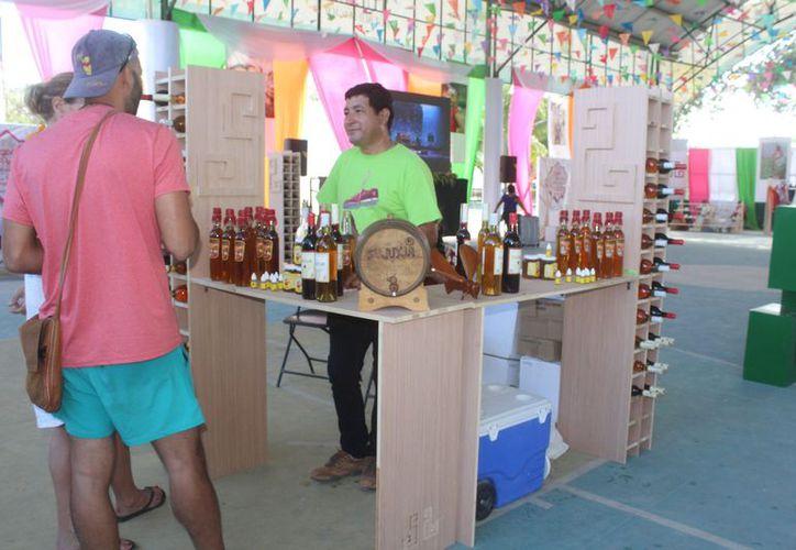Las ferias de productos artesanales son instaladas en mercados turísticos. (Sara Cauich/SIPSE)