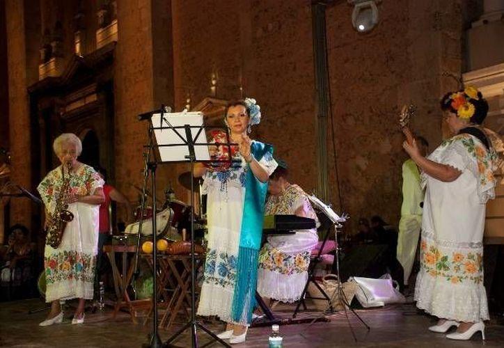 """Las Maya Internacional forman parte de la exposición fotográfica 'Yucatán en escena',  de estudiantes del centro universitario """"Felipe Carrillo Puerto"""". (SIPSE)"""