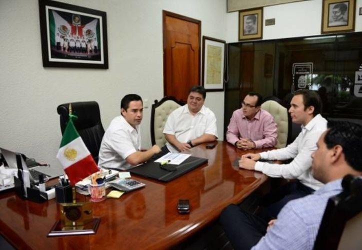El diputado presidente de la Gran Comisión, José Luis Toledo Medina encabezó una reunión con funcionarios estatales. (Cortesía/SIPSE)