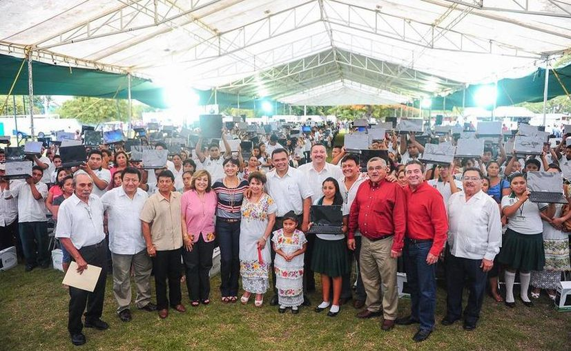 Ayer, el gobernador Rolando Zapata encabezó la novena entrega de computadoras portátiles del programa Bienestar Digital. En esta ocasión los beneficiados fueron 773 estudiantes del Cobay y del Dgeta. (Cortesía)