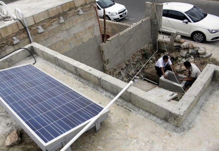 Los páneles solares se instalan en el techo de la vivienda. (Christian Ayala/SIPSE)