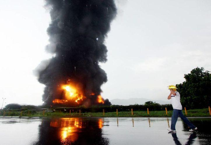 Como medida de prevención, fueron evacuados los pobladores de algunas barriadas cercanas a la refinería. (Agencias)