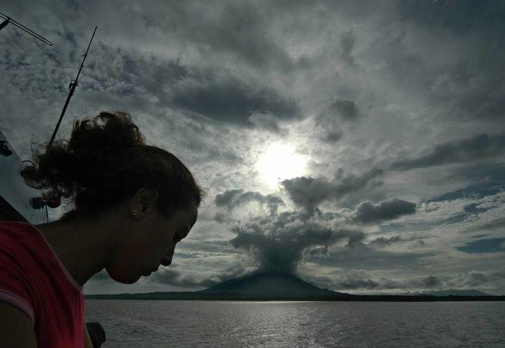 Una mujer observa el Gran Lago de Nicaragua, posible ruta del Proyecto de construcción del Canal Interoceanico. (Archivo/EFE)