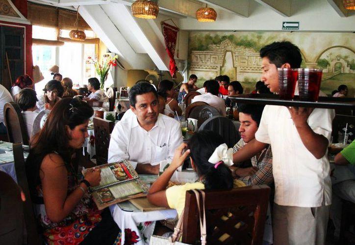El acuerdo para evitar la Ley Seca durante las elecciones del 7 de junio es sería solo para los restaurantes turísticos. En la imagen una familia en uno de los restaurantes que existen en Mérida. (Milenio Novedades)