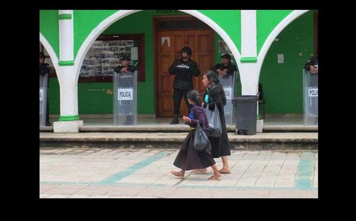 La cabecera municipal de San Juan Chamula es custodiada por la policía. (Issa Maldonado/Milenio)