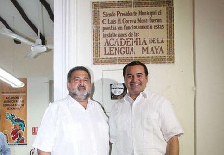 El ex alcalde Luis Correa Mena con el presidente municipal Renán Barrera Concha durante el acto en la Academia Municipal de Lengua Maya. (SIPSE)