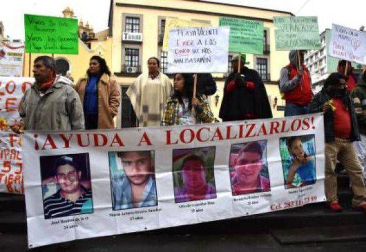 Familiares de los jóvenes desaparecidos se manifiestan en Xalapa, Veracruz. (proceso.com.mx)