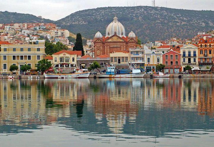 La isla de Lesbos fue el hogar de la primera mujer en profesar su amor por personas de su mismo sexo: la poetisa Safo. (protothema.gr)