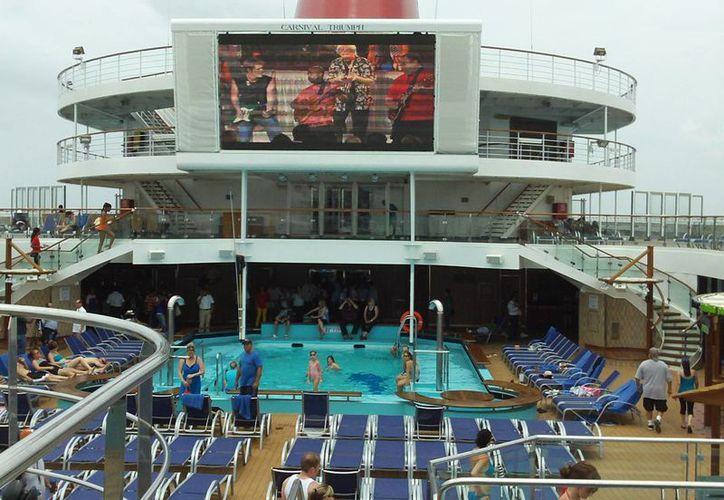En cruceros como el Carnival Triumph los pasajeros encuentran servicios de primer nivel, lo que propicia que no todos bajen a tierra. (Manuel Pool/SIPSE)