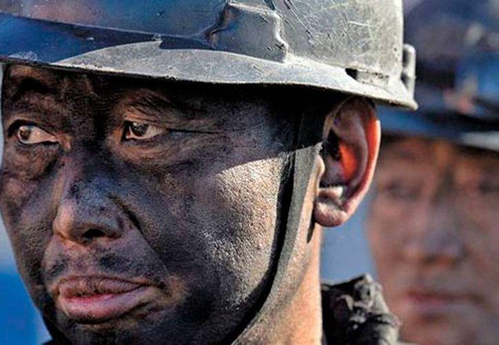 Trabajador de la industria metalúrgica China, país cuyas plantas fabriles -en algunos sectores- están al borde de la quiebra, pero el Gobierno se niega a cerrarlas. La imagen es de contexto. (Milenio Digital/Reuters)