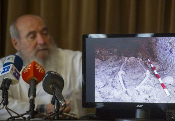 El director del Laboratorio de Antropología de la Universidad de Granada, Miguel Botella durante la presentación del hallazgo en la necrópolis de Qubbet el-Hawa, del caso del cáncer de mama más antiguo que se conoce. (EFE)