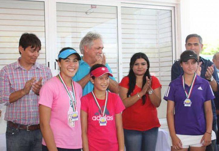 Jorge Robleda, con los ganadores. (SIPSE)