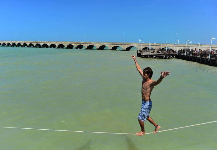 Para mitigar un poco el intenso calor, los yucatecos se trasladaron a las playas. La imagen corresponde a Progreso. (Luis Pérez/SIPSE)