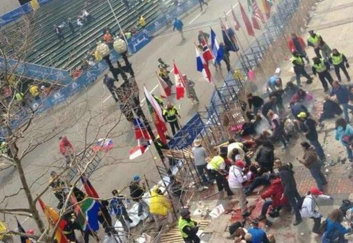 Alrededor de las 2:30 de la tarde se registró la primer explosión en la línea de meta del maratón. (Redacción/SIPSE)