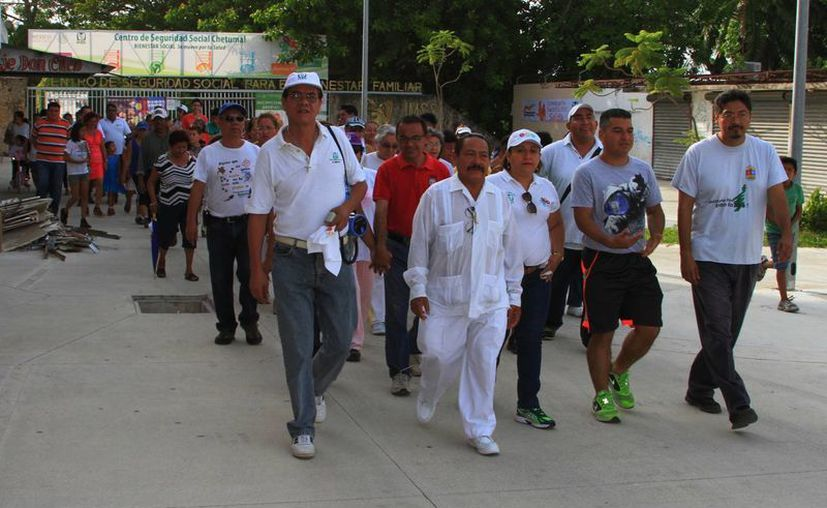 A la caminata asistieron un poco más de 100 personas entre trabajadores pertenecientes a la organización sindical y personal del IMSS. (Ángel Castilla/SIPSE)