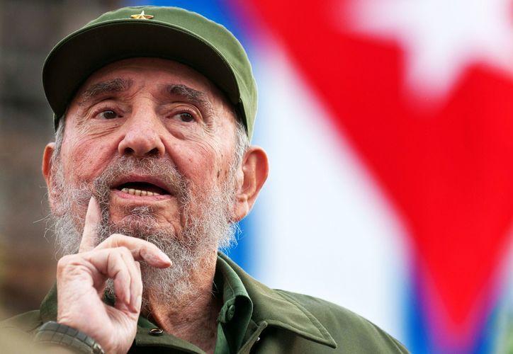 """El ex presidente cubano Fidel Castro ironizó sobre las """"aves de mal agüero"""" que lo dieron por muerto o enfermo de gravedad estas dos últimas semanas y aseguró que no le duele ni la cabeza."""
