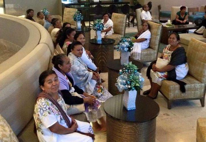Las mujeres de Teabo recibieron un apoyo de 100 mil dólares para  la colección Antalika'a (Manos con alma). Imagen de las mujeres en conocido hotel de Mérida. (Milenio Novedades)