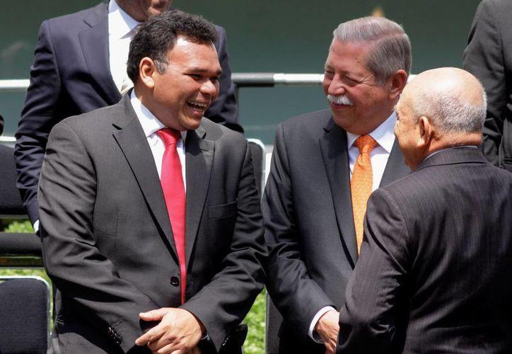 El jefe del Ejecutivo estatal dialoga con algunos de sus colegas durante la inauguración del seminario Encuentro por la Federación y la Unidad Nacional. (Milenio Novedades)