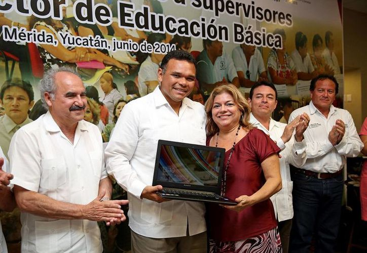 Maestros reciben computadoras de manos del gobernador de Yucatán, Rolando Zapata. (Milenio Novedades)