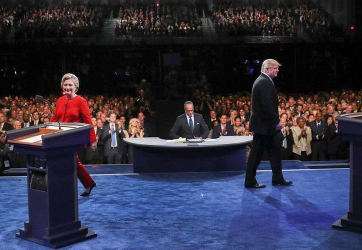 Los candidatos demócrata Hillary Clinton y el republicano Donald Trump tuvieron la noche del lunes 26 de septiembre de 2016 el primero de tres debates, en la Universidad de Hofstra University, en Hempstead, N.Y., logrando récord de audiencia. (Joe Raedle/Pool via AP)