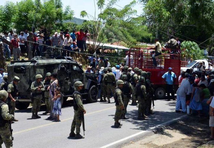 Los vehículos hallados por militares presentaban impactos de armas de fuego de grueso calibre. (Notimex/Foto de contexto)