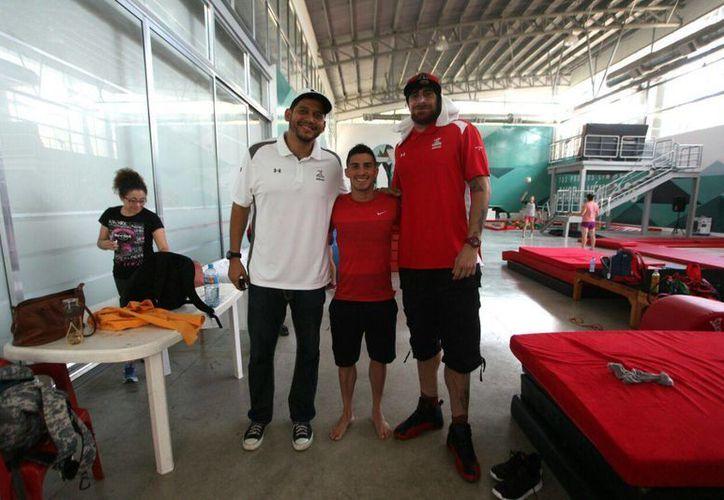 Los tres seleccionados aprovecharon para tomarse la foto del recuerdo en las instalaciones del Poliforum Zamná. (Amílcar Rodríguez/Milenio Novedades)