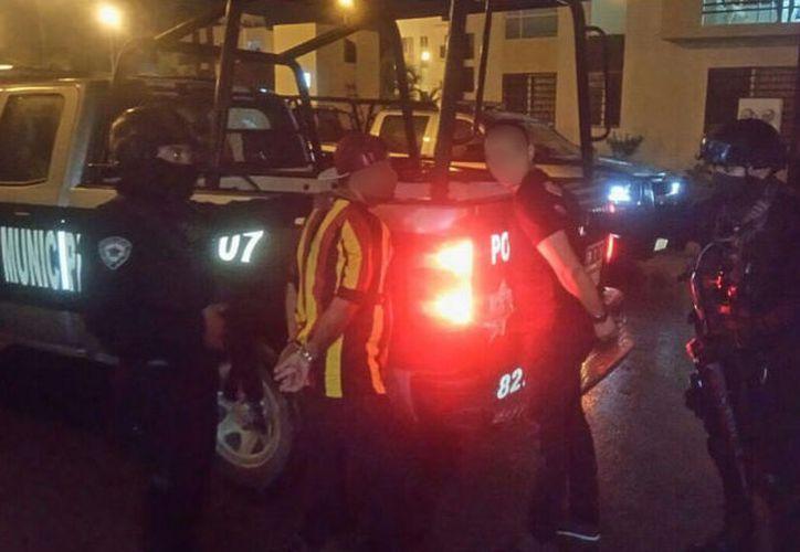 Los arrestados portaban una pistola tipo deportiva en la cajuela. (Foto: Redacción/SIPSE)