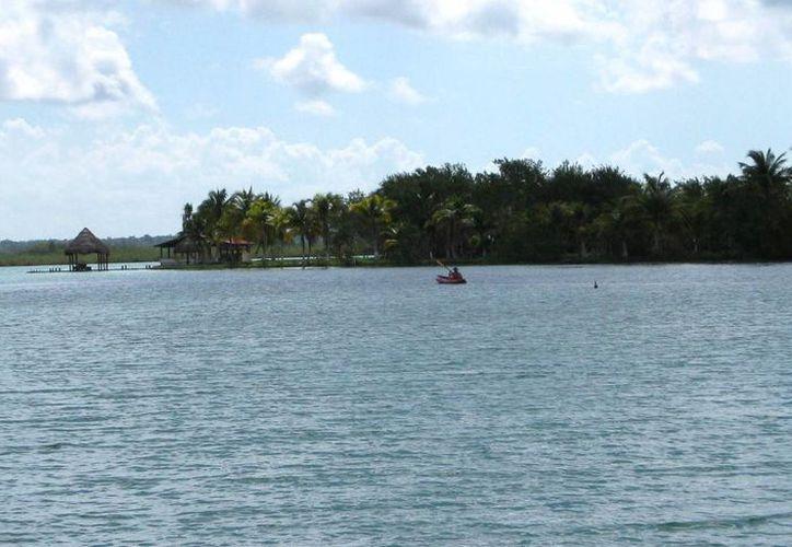 Alrededor de 50 embarcaciones transitan por la Laguna de los Siete Colores de Bcalar, diariamente. (Javier Ortiz/SIPSE)
